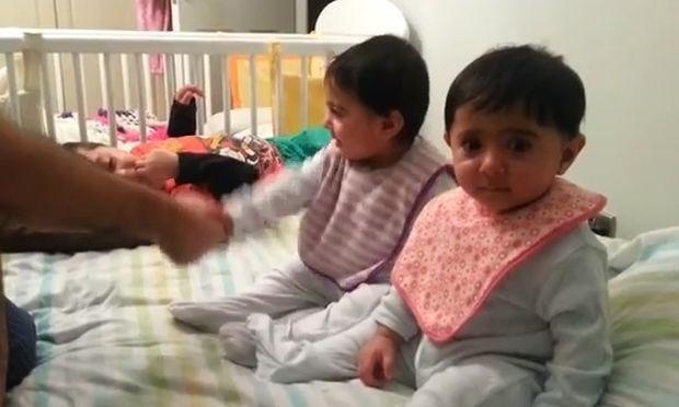 Δίδυμα 9 μηνών κάνουν χειραψία με τον μπαμπά τους!