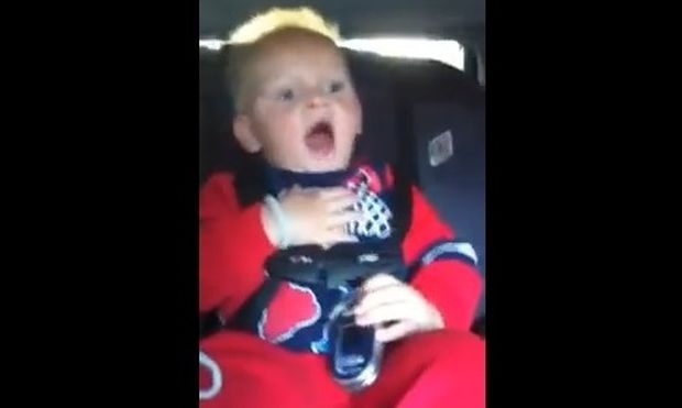 Ένα baby τραγουδάει το Baby του Justin Bieber!