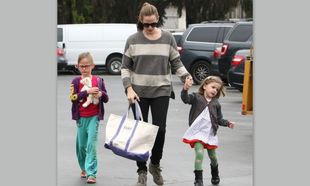 Jennifer Garner: Απολαμβάνοντας το κυριακάτικο πρωινό με τις κόρες της (φωτό)