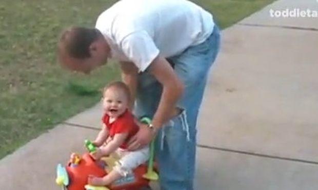 Βίντεο: Πώς ένας μπόμπιρας πείθει τον μπαμπά του να συνεχίσουν το παιχνίδι!
