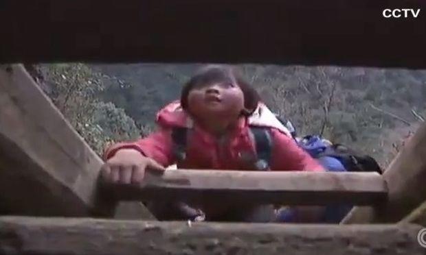 Τα παιδιά στην Κίνα σκαρφαλώνουν σκάλες στα βουνά για να πάνε σχολείο!