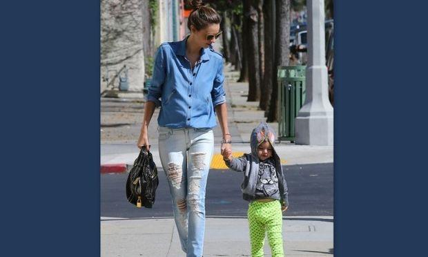 Miranda Kerr: Με τον κούκλο γιο της σε παιδότοπο! (φωτό)
