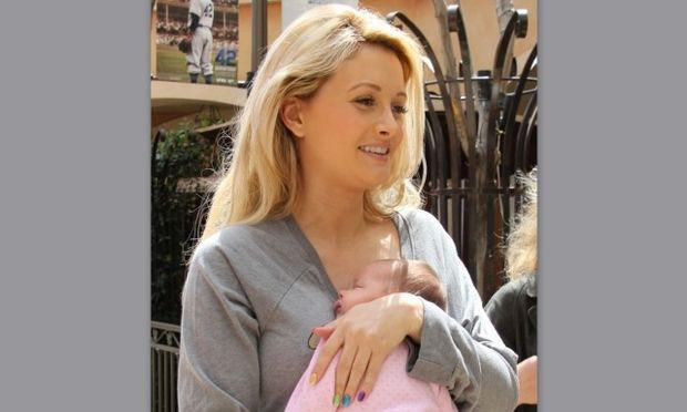 Holly Madison: Αν και δεν έχει σαραντίσει, δεν πάει πουθενά χωρίς την κόρη της! (φωτό)