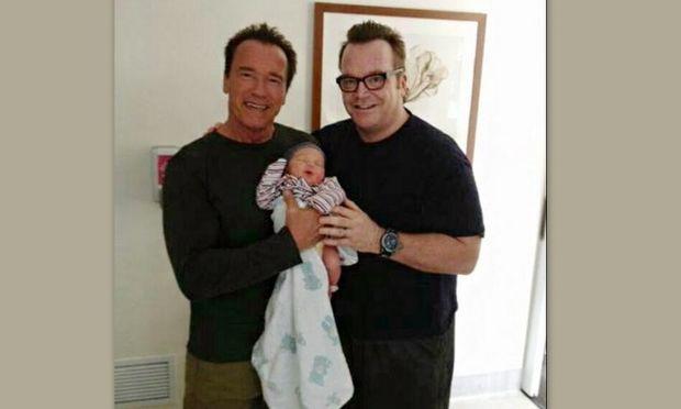 Ο Arnold Schwarzenegger κρατά στα χέρια τον νεογέννητο γιο του φίλου του Tom Arnold!