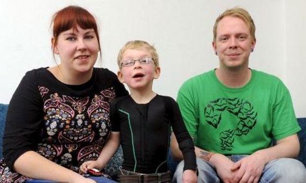 Αγοράκι που είχε πάθει εγκεφαλικό ενώ ήταν λίγων μηνών, τώρα μπορεί και περπατάει!