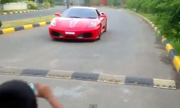 Δεν θα πιστεύετε με τίποτα πόσο χρονών παιδί οδηγεί αυτήν την Ferrari!