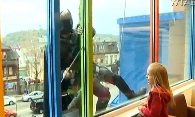 Οι Σούπερ Ήρωες καθάρισαν τα παράθυρα παιδικού νοσοκομείου για να δώσουν χαρά στα παιδιά!