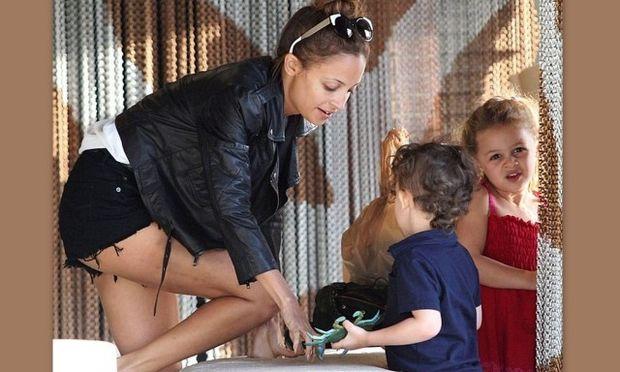 Nicole Richie: Μοιάζει σαν δυο σταγόνες νερό με την κόρη της!