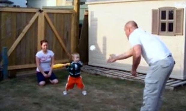Βίντεο: Ο μπαμπάς μαθαίνει στον γιο του μπέιζμπολ αλλά καταλήγουν σε… ατύχημα!