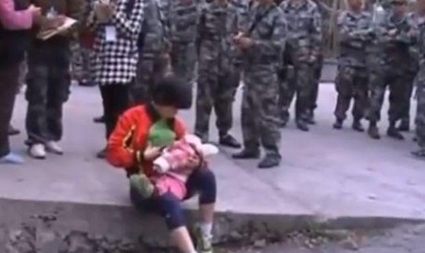 Απίστευτο κι όμως αληθινό! Μητέρα θήλασε ξένο μωρό που σώθηκε  από τον σεισμό στην Κίνα!