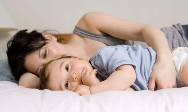 «Το μωρό μου κλαίει τα βράδια! Να το αφήσω ή να το καθησυχάσω με αγκαλιά;»