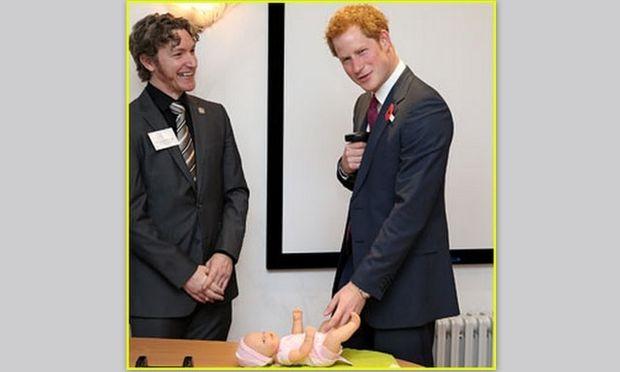 Ο Πρίγκιπας Harry μαθαίνει να αλλάζει πάνα μωρού!