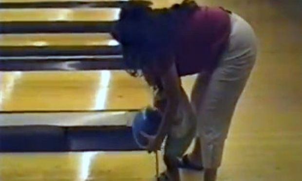 Βίντεο: Δείτε τι συμβαίνει την πρώτη φορά που μία πιτσιρίκα παίζει μπόουλινγκ!