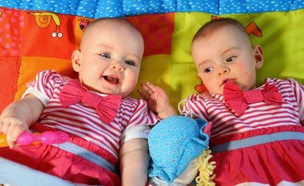 Απίστευτο: Είναι δίδυμες αλλά γεννήθηκαν με τέσσερις μήνες διαφορά!