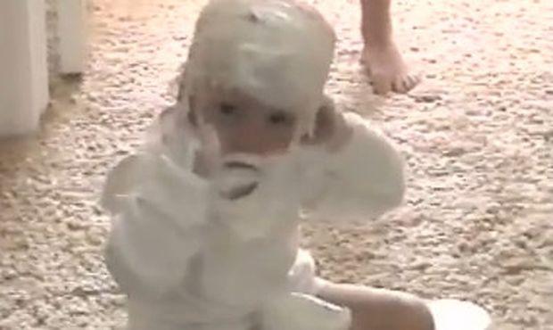 Βίντεο: Έχει πασαλειφθεί με κρέμα της μαμάς του