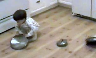 Βίντεο: Του αρέσει να παίζει με τα καπάκια από τις κατσαρόλες!