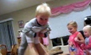 Βίντεο: Δεν φαντάζεστε πού καταλήγει ο μπόμπιρας που παίζει με τον μπαμπά του!