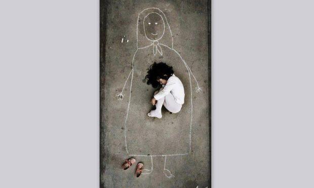 H συγκλονιστική φωτογραφία ενός κοριτσιού που έχασε τη μητέρα του στον πόλεμο!