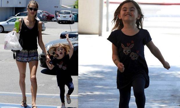 Alessandra Ambrosio: Απολαμβάνοντας τη βόλτα της με την κόρη της! (φωτό)