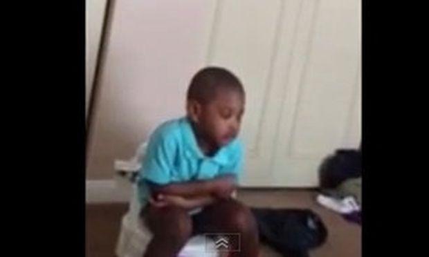 Απολαυστικό βίντεο: Αποκοιμιέται ενώ εκπαιδεύεται να απαλλαγεί από την πάνα!