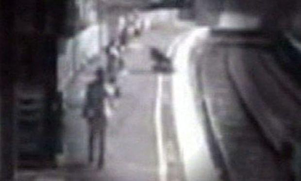 Συγκλονιστικό: Παιδί μέσα σε καρότσι πέφτει στις γραμμές του μετρό (video)