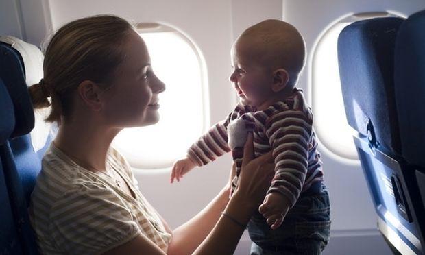 Πρώτη φορά με το παιδί μου στο αεροπλάνο: Τι πρέπει να φροντίσω για να πάνε όλα καλά;