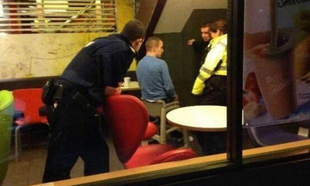 Η φωτογραφία που «τα σπάει» στο διαδίκτυο! Άντρας κόλλησε σε βρεφική καρεκλίτσα φαστ φουντ!