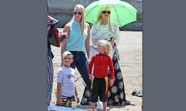 Gwen Stefani: Μία μέρα στην παραλία με τους γιους της και η… απαγορευμένη πίτσα!