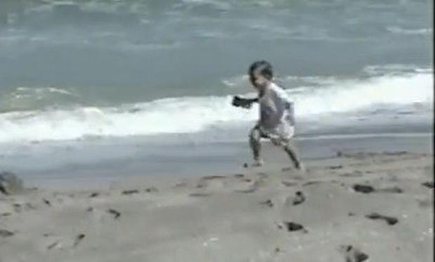 Βίντεο: Τρέχει για να γλιτώσει από τεράστιο κύμα και τελικά…