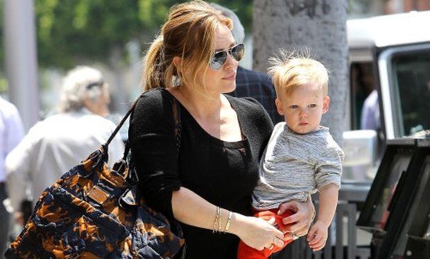 Hilary Duff: Παραδέχεται ότι δεν θα τα κατάφερνε με τον γιο της χωρίς βοήθεια από τους οικείους της!