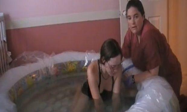Απίστευτο βίντεο: Γυναίκα γεννάει τα δίδυμά της σε πισίνα στο σπίτι!