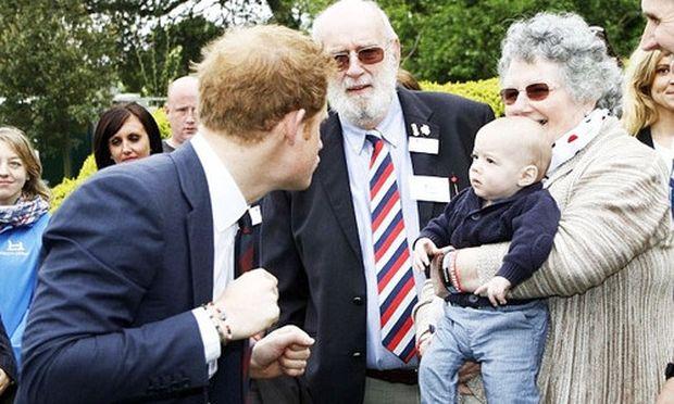 Η φωτογραφία με ένα μωρό και τον πρίγκιπα Χάρι που κάνει τον γύρο του κόσμου!
