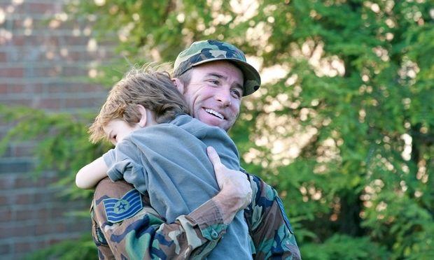 Οταν ο μπαμπάς επιστρέφει απ' τον πόλεμο! Αυτά είναι τα πιο συγκινητικά video!