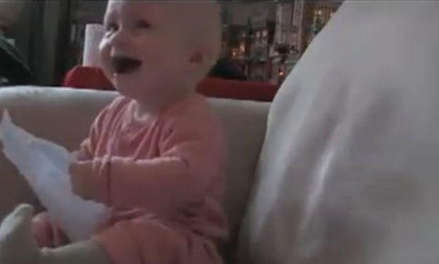 Βίντεο: Δείτε με τι ξεκαρδίζεται στα γέλια…