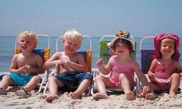 Παιδιά στη παραλία… όλα όσα πρέπει να έχετε στην τσάντα της θαλάσσης!
