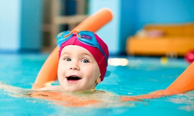 Δέκα βήματα για να μάθετε τα παιδιά σας κολύμπι