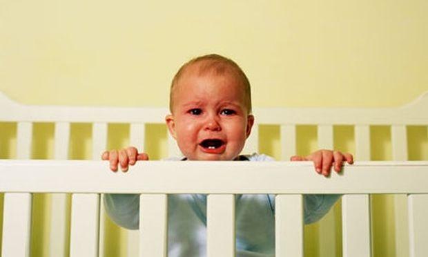 Πώς πρέπει να αντιδρά η μαμά όταν το παιδί κλαίει επειδή εκείνη φεύγει για τη δουλειά;