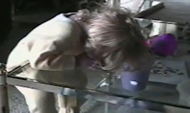 Απίστευτο βίντεο: Τον πήρε ο ύπνος ενώ ήταν όρθιος στο τραπέζι!