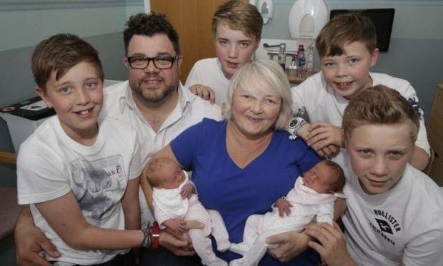 Απίστευτο: Γέννησε για τρίτη φορά δίδυμα! (φωτό)
