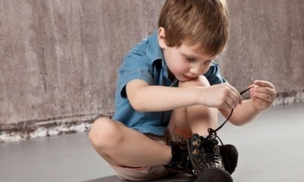 Πώς θα μάθει το παιδί μου να δένει τα κορδόνια του;