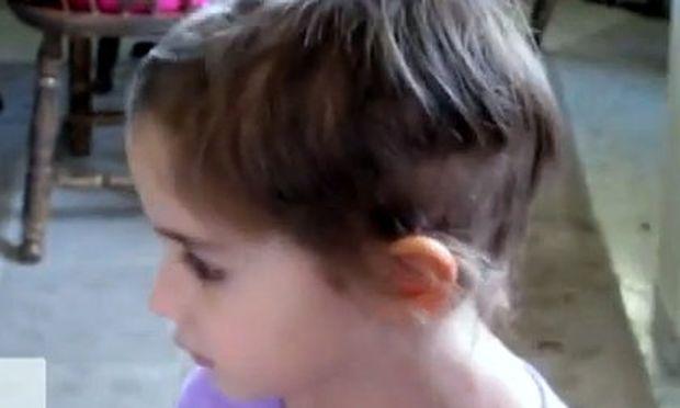 Απίστευτο βίντεο: Μικρό κοριτσάκι πήρε το ψαλίδι και έκοψε μόνο του τα μαλλιά του!