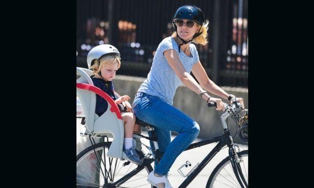 Ναόμι Γουότς: Τηρεί όλους τους κανόνες ασφαλείας για τον γιο της πάνω στο ποδήλατο!