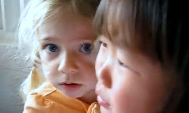 Βίντεο: Ο πιο γλυκός πόλεμος ανάμεσα σε δύο κοριτσάκια!