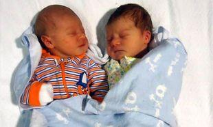 22χρονες δίδυμες αδελφές γέννησαν την ίδια μέρα!