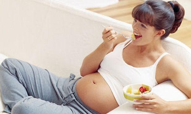 Εγκυμοσύνη και διατροφή: Τι πρέπει να αποφεύγω τώρα που ζέστανε ο καιρός;