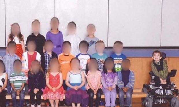 Τραγική φωτογραφία - Αφησαν στην άκρη του πλάνου της σχολικής φωτογραφίας παιδάκι με ειδικές ανάγκες