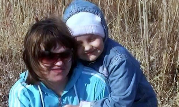 Σοκαριστικό βίντεο: Κεραυνός χτυπάει δύο φορές μητέρα με την 6χρονη κόρη της!