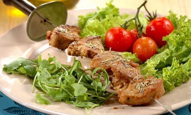 Συνταγή για νόστιμα χοιρινά σουβλάκια με μέλι και θυμάρι!