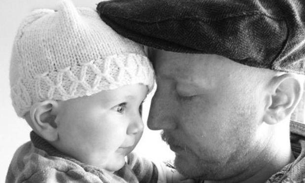 Απίστευτη ιστορία: Ζει το θαύμα της πατρότητας μετά από 54 χημειοθεραπείες