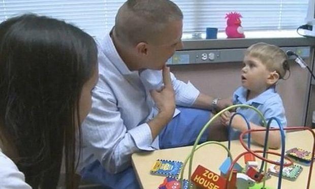 Γκρέισον Κλάμπ : Το πρώτο παιδάκι στην Αμερική που κατάφερε να επανακτήσει την ακοή του με μικροτσίπ!